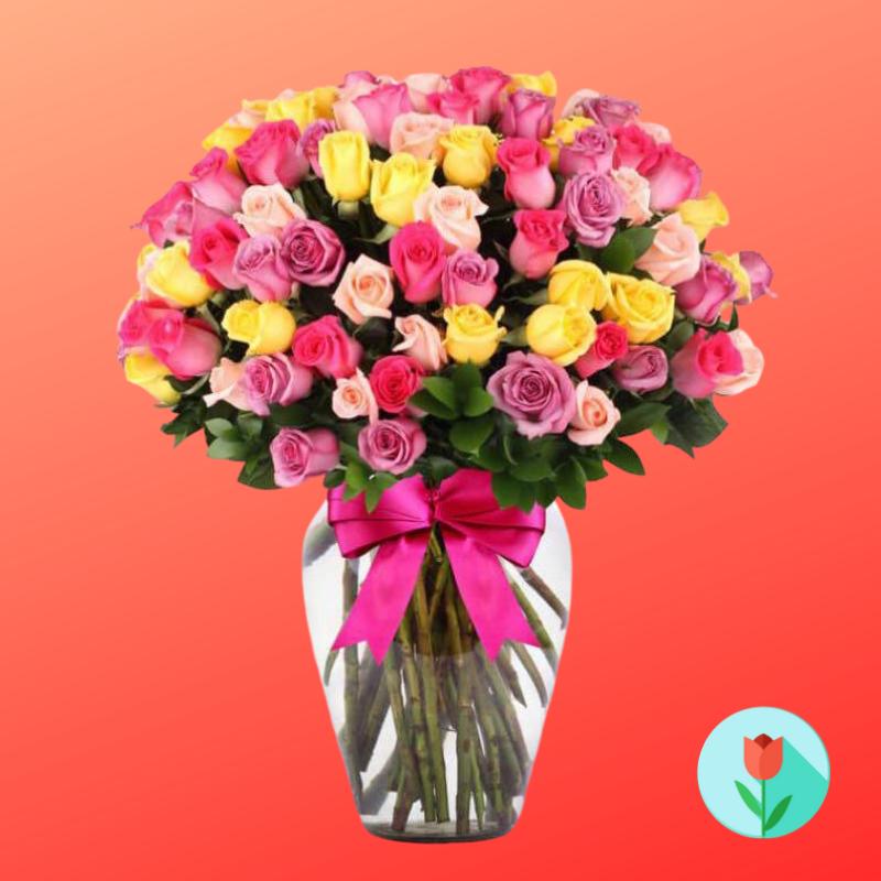50 rosas variadas en jarrón