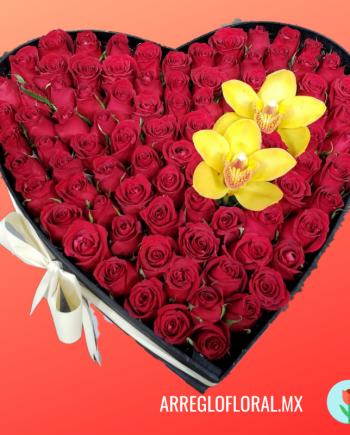 Corazon de rosas con orquidea